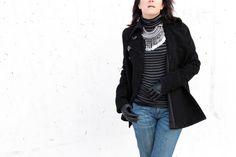 Look seventies: pantalón campana Levi's, jersey de cuello vuelto y rayas negras y grises y abrigo de corte retro de Zara, maxicollar boho y botines de ante de Pull&Bear, todo de otras temporadas.
