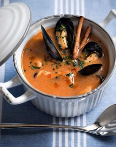 Catalan mussel soup is a delicious first course .- Catalan mussel soup is a delicious first course based on fish: try the Salt & Pepper recipe, the result will be excellent. Seafood Soup, Seafood Dishes, Seafood Recipes, Chilli Recipes, Italian Recipes, Soup Recipes, Cookbook Recipes, Cooking Recipes, Soup And Sandwich