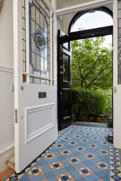 Colorful Vintage floor tile for foyer - Home Decorating Trends - Homedit Victorian Hallway, Victorian Front Doors, Victorian Terrace, Entry Tile, Tiled Hallway, Victorian Interiors, Victorian Homes, Edwardian Haus, Hall Tiles