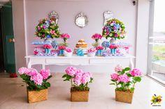 É um aniversário de criança, mas amo as cores, os espelhos ali no fundo, a escolha da flores.