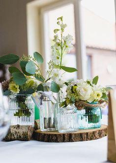 Wunderschöne vintage Tischdeko in weiß und türkis mit Birke. Foto: seelhochzeitsfotografie