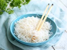 I've been getting e-mails asking about shirataki noodles and why I never use this zero-carb ingredient in my recipes. The reason was simple: I didn't like them... at all. The first time I tried shirataki noodles was a few years ago and I have to admit it was not the most pleasant experience. All I could remember was this ...