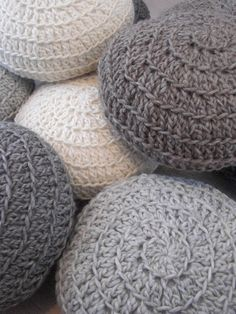 Round Pillows with 100% wool yarn
