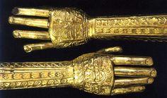Opera degli Incas nella quale sono presenti due braccia messe in posizione opposta tra loro e con evidenti segni particolari sopra