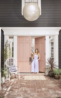 Pink front door against a dark exterior home. The home of actress Hilary Duff illustrates her passion for design and her unique, free spirit. Hilary Duff, Grey Houses, Pink Houses, Painted Front Doors, Front Door Colors, Unique Front Doors, Celebrity Houses, Home And Deco, The Duff