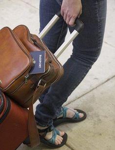 Cómo preparar una maleta para 15 días -Entre las cosas que debes considerar llevar se encuentran:  Champú, jabón y acondicionador guardados preferiblemente en envases para viajes. Crema para peinar, espuma o gomina si es el caso. Cepillo y pasta dental. Peines y cepillos. Cuchilla. Cortauñas. En el caso de las chicas lima de uñas y utensilios para la manicura si sueles pintar tus uñas como acetona, algodones, una pintura de uñas y un palito de naranjo. Con esto bastará. Cremas corporales…