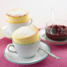 Süße Tasse Rezept This sweet cup is filled with a delicious quark soufflé and is prepared in no time Food Cakes, Sweet Desserts, Sweet Recipes, Fudge Caramel, Cheesecake Recipes, Dessert Recipes, Dessert Halloween, Sweet Bakery, Sweets Cake