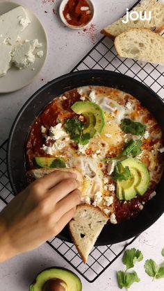 Un plat original prêt en 10 minutes !  Ingrédients : chair de tomate, oeuf, paprika, oignons, feta, coriandre  Recette complète à retrouver sur jow.fr
