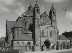 De St.Theresiakerk aan de Tramsingel. De kerk werd gesloten in 1968 en afgebroken in 1973. De kerk stond vroeger naast de Etna.