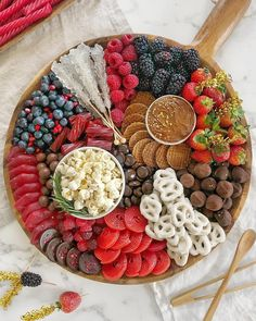 T-minus one more day until the OSCARS! Here's a Black-Tie Dessert Board to satisfy your sweet tooth. A good mix of chocolate, gummies &… Party Food Platters, Party Trays, Food Trays, Party Snacks, Dessert Party, Dessert Table, Party Food Japanese, Dessert Platter, Charcuterie And Cheese Board