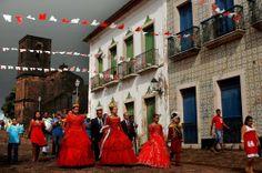 A festa do divino, os tambores de crioula e de mina, as festas juninas, as jornadas e as romarias são festejos populares que tornam o Maranhão um estado rico em tradição e cultura.
