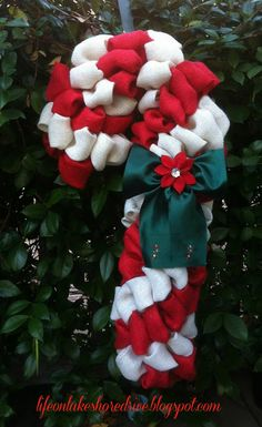 Burlap Candy Cane Wreath Tutorial using Pool Noodle, burlap, floral pins Burlap Crafts, Wreath Crafts, Christmas Projects, Diy Wreath, Holiday Crafts, Christmas Ideas, Wreath Ideas, Burlap Wreath Tutorial, Burlap Wreaths