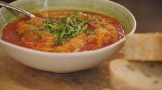 Dit is een zomerse soep met grote stukken mediterrane groenten. Neem goed rijpe tomaten en gebruik de gemixte pitjes als passata.