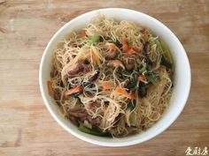 臘肉的香氣與重口味最適合拿來炒米粉,加上自己種的蒜苗來做結合,雖然不是...