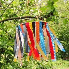 Windpsiel aus Stoffresten http://inesfelix-kreativ.blogspot.com/2015/05/windspiel-aus-stoffresten.html