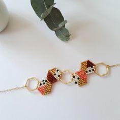 Bracelet  géométrique, à l'inspiration scandinave  Il est composé d'hexagones en métal doré et d'hexagones tissés en perles Miyuki.  Les hexagones sont tissés au point  - 20507091