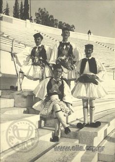 Εορτασμοί της 4ης Αυγούστου: άνδρες με παραδοσιακή ενδυμασία από την Αράχωβα 1937. Nelly's (Σεραϊδάρη Έλλη)