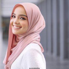 Semestinya shawl panjang begini memang best sebab anda boleh gayakan pelbagai jenis style yang anda mahukan mengikut kreativiti dan keselesaan masing-masing. Fabrik Satin Silk yang berkualiti premium, exclusive & expensive ini juga mampu membuatkan penampilan anda tampak lebih mewah, classy & elegant. Hijab Style, Hijab Chic, Beautiful Muslim Women, Beautiful Hijab, Hijabi Girl, Girl Hijab, Muslim Fashion, Hijab Fashion, Hijab Dress Party