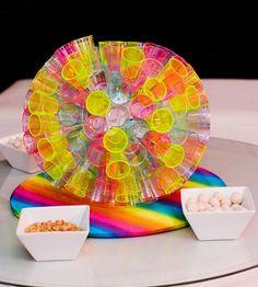 """Veja passo a passo de como fazer um globo de festa com copos descartáveis coloridos. Aproveite a dica do programa """"Fazendo a Festa"""", apresentado por Fernanda Rodrigues, e deixe sua festinha infantil muito mais charmosa!"""