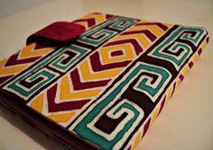 Estampa em batik na parte externa e em tie dye na parte interna confeccionada artesanalmente pela Cazuzé    Possui:  6 bolsos para cartões  1 bolsos para documentos  1 porta notas    Fechamento com botão magnético. R$ 40,00