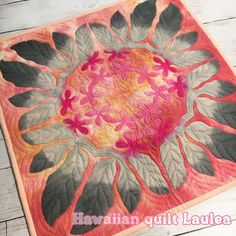 いいね!133件、コメント7件 ― Hawaiian quilt Lauleaさん(@hawaiianquilt_laulea)のInstagramアカウント: 「Kona coffeeの花や葉をモチーフにしたタペストリー♡ この配色もお気に入り さて怒涛の1週間を過ごし、昨日は祖母とアフタヌーンティーに行って来ました 楽しい金曜日だったな…」