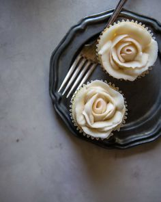 buttercream roses and rose buttercream - Two Red Bowls Buttercream Roses, Whipped Frosting, Buttercream Recipe, Vanilla Buttercream, Cupcake Recipes, Cupcake Cakes, Cake Land, Edible Cake Decorations, Decorator Frosting