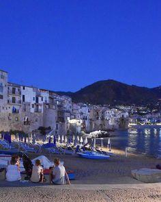 Mare atmosfera serale e la famiglia unita di fronte alla spiaggia. #Cefalù che incanta con luci e riflessi un pezzetto di #Sicilia che non si scorda facilmente tappa del percorso arabo normanno patrimonio #UNESCO. #presstriparabonormanno #travelexpo