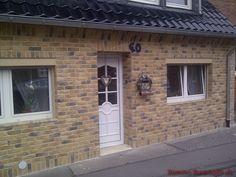 Komplette Außenwand der Eingangstür mit unseren Riemchen Cäsar Jade verkleidet. Jade, Garage Doors, Outdoor Decor, Home Decor, Porcelain Tiles, Architectural Materials, Trim Board, Wall Design, Interior Design