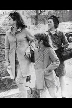 Jackie Kennedy with Caroline and Jackie's mother, Janet Auchincloss in Jaqueline Kennedy, Caroline Kennedy, Jacqueline Kennedy Onassis, Sweet Caroline, Family Images, Family Pictures, Edwin Schlossberg, Familia Kennedy, John Fitzgerald