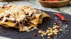 Nachos überbacken ist ganz einfach und und der ideale Snack für einen gemütlichen Filmabend. Alles, was Du brauchst sind Tortilla-Chips, Käse und Toppings.