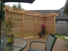 outdoor privacy screen on deck square lattice pergola Backyard Privacy Screen, Garden Privacy, Outdoor Privacy, Privacy Walls, Privacy Fences, Backyard Pergola, Pergola Shade, Privacy Screens, Pergola Screens