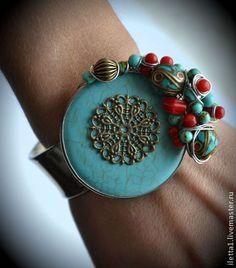 """pulsera hecha a mano """"Katmandú"""" (Turquesa, Coral)."""