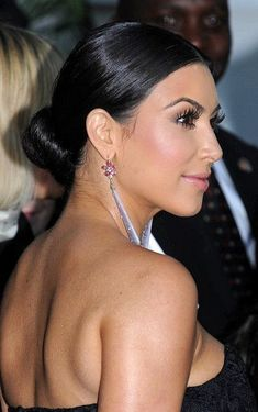 kim kardashian wedding hair Kim Kardashian Classic Bun - Kim Kardashian wore her hair in a tight and sleek bun at the Glamour Women of the Year Awards. Bald Hairstyles For Women, Low Bun Hairstyles, Trendy Hairstyles, Straight Hairstyles, Wedding Hairstyles, Hairdos, Look Kim Kardashian, Kim Kardashian Wedding, Bun With Curls