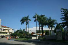 3.Centro de Bellas Artes Ferré (Domingo, 8:32 am) Encontramos en el exterior que las banderas estatales (tanto la de Estados Unidos como la de Puerto Rico) están izadas, por lo que, al tratarse de un domingo por la mañana, no se estaría siguiendo con el protocolo, ya que además es una institución privada. No obstante, sí están colocadas debidamente, ubicándose la de Estados Unidos en el extremo derecho, aunque el color azul de la bandera puertorriqueña no es el adecuado, debería ser más…