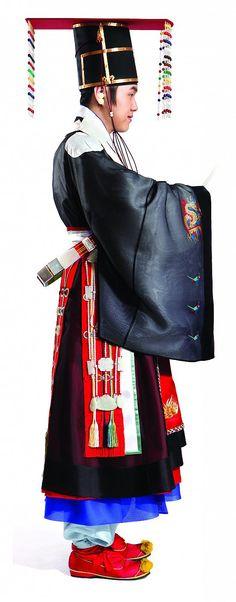 KIM Hye-soon (Kim Hye-soon Hanbok), réplique de costume d'empereur. Korea Now ! Craft, design, mode et graphisme en Corée - du 19 septembre 2015 au 3 janvier 2016