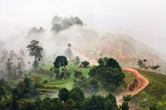 Immagini straordinarie uno degli angoli più nascosti e più magici del Nepal: siamo nel villaggio di Nagarkot, situato a 2.195 metri d'altezza. Un paesaggio spettacolare, quello che si gode da qui, con vista sul monte Everest. Ma la particolarità del posto, anzi la sua unicità, è un'altra: perché si può davvero dire che i suoi 3.500 abitanti vivano con la testa tra le nuvole. (Anton Jankovoy, Caters Agency / Iberpress)