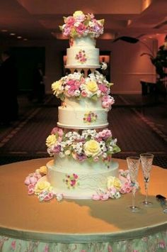 Wedding cake with real flowers looks amazing.