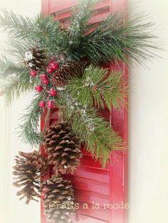 HOME & GARDEN: 50 idées pour utiliser des pommes de pins dans sa déco Christmas Pine Cones, Noel Christmas, Christmas Design, Christmas Wreaths, Rustic Christmas, Christmas Front Doors, Christmas Door Decorations, Old Shutters, Repurposed Shutters