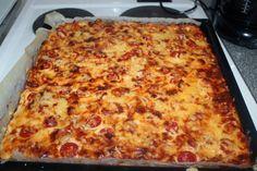 Tyttäreni 5-vuotissyntymäpäiville tein tälläisen   meetvursti-kinkkupiirakan (pellillinen),   mansikkamaitosuklaa-hyydykekakun ( ohje )   s... Savory Pastry, Lasagna, Food And Drink, Pizza, Cheese, Snacks, Cooking, Ethnic Recipes, Koti