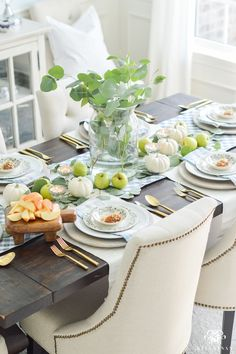This easy fall table idea - caramel apple place settings - can be pulled off with only a few dollars and a quick trip to the grocery store. Apple Table, Table Place Settings, Fun Snacks For Kids, Fall Home Decor, Thanksgiving Table, Do It Yourself Home, Dream Decor, E Design, Home Crafts