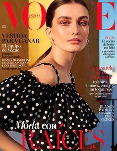 Volantes, lunares, encaje y un toque rojo; Andreea Diaconu moda con raíces en #VogueMarzo