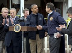 15-nov-12 - Obama visita NY e consola vítimas da tempestade Sandy. Ele cumprimenta Andrew Cuomo, governador do Estado de Nova York durante visita a Staten Island. Foto: AP