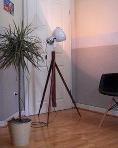 Wunderschöne und einzigartige Tripod Stehlampe *LOFT WOOD*  Außergewöhnliche und sehr dekorative Stehlampe mit Leuchtenkörper im Stil einer alten Fabrik-Lampe auf vielseitig anpassbarem...