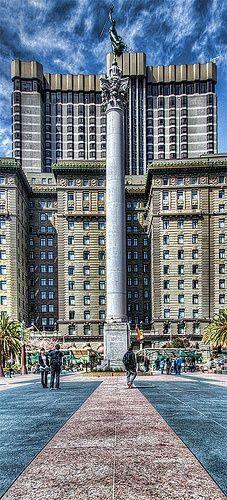«Union Square, San Francisco». La Plaza Unión es un plaza pública de 2,6 acres rodeada por las calles Geary, Powell, Post y Stockton en la ciudad de San Francisco, California al oeste de los EE.UU.