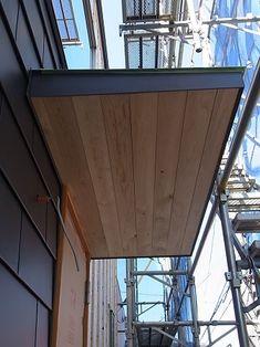 玄関庇の上裏に板が張られ仕上がりました。 最終的には塗装仕上げとなりますが 外壁がガルバリウムなので木があるとデザイン的にポイントとなります。