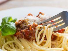Spagetti Bolognese | Rosa Viini & Ruoka Pasta Bolognese Sauce, Spaghetti, Dinner, Eat, Ethnic Recipes, Food, Dining, Food Dinners, Essen