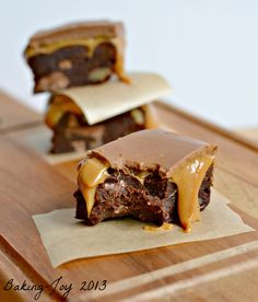 Peanut Butter Millionaire Brownies ~ Fudgy chocolate peanut butter brownies, topped with salted caramel and peanut butter ganache. Just Desserts, Delicious Desserts, Dessert Recipes, Yummy Food, Awesome Desserts, Eat Dessert First, Dessert Bars, Brownie Recipes, Chocolate Recipes