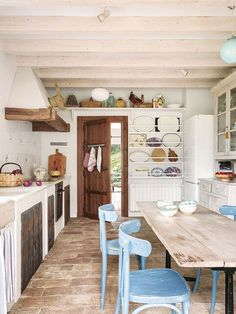 〚 Charming country home with mountain views in Spain 〛 ◾ Photos ◾ Ideas ◾ Design #vintage #retro #homedecor #decor #home #ideas #inspiration #tips #cozy #Living #style #space Kitchen Cupboard Handles, Kitchen Cupboards, New England, Dream Decor, Elle Decor, Home Kitchens, Farmhouse Style, Home And Family, Spain