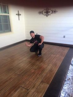 Highlighting wood plank concrete - concrete that looks like wood. Yes, it's concrete!Pin # This is a faux Bois concrete floor, that looks like wood planks. Using it outdoor prevents deterioration and maintenance costs and yet give it a warm and modern loo Back Patio, Backyard Patio, Patio Design, Home Design, Design Design, Painted Concrete Floors, Concrete Wood Floor, Hardwood Floor, Stamped Concrete Patios