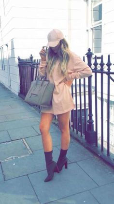 I love these Outfits with Booties. Look at these 30 ways on how to look amazing this 2019 - Ankle boots are the favorite footwear for many girls due to their versatility and comfort, they also - Warm Outfits, Stylish Outfits, Cute Outfits, Love Fashion, Girl Fashion, Fashion Outfits, Fashion Trends, Preppy Trends, Robes Glamour